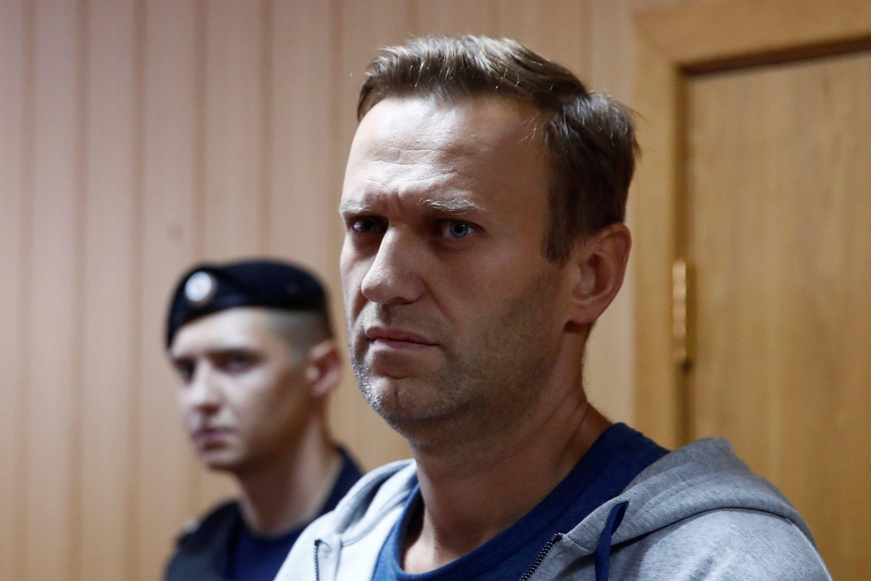 Opositor russo Alexei Navalny detido após sair da prisão