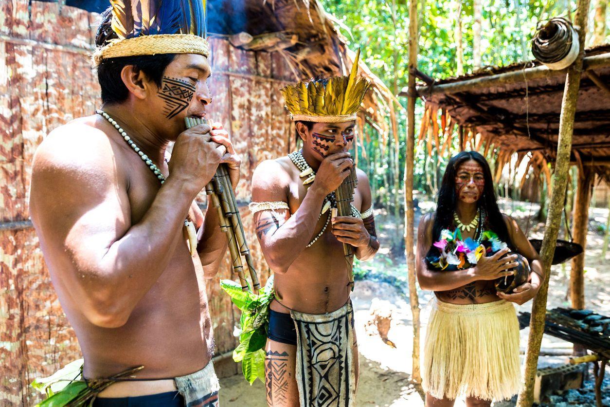 Índios brasileiros abrigam jovens venezuelanos à procura de um futuro