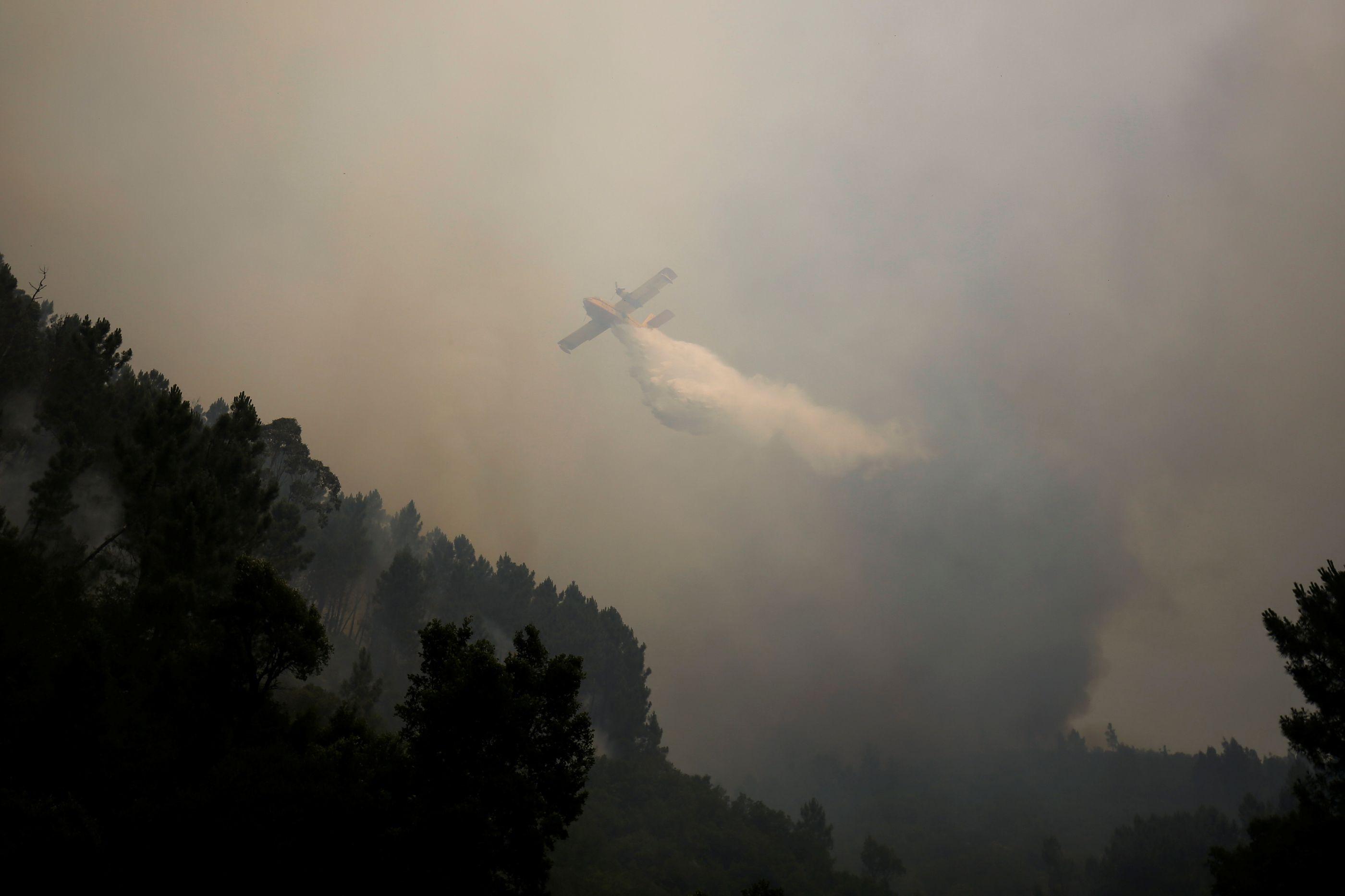 Oito meios aéreos e 250 bombeiros combatem fogo na Sertã