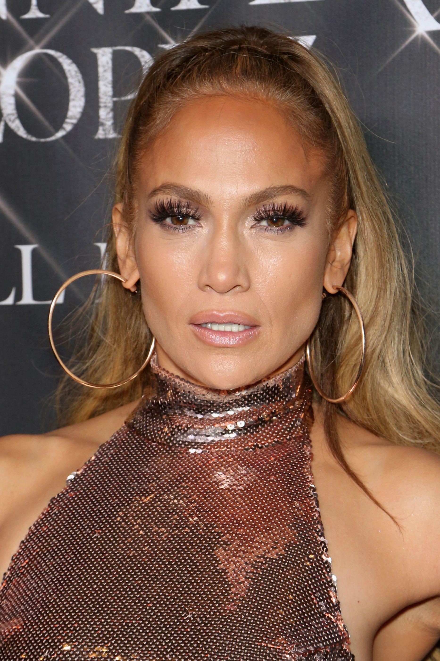 Jennifer Lopez posa quase nua em produção de revista