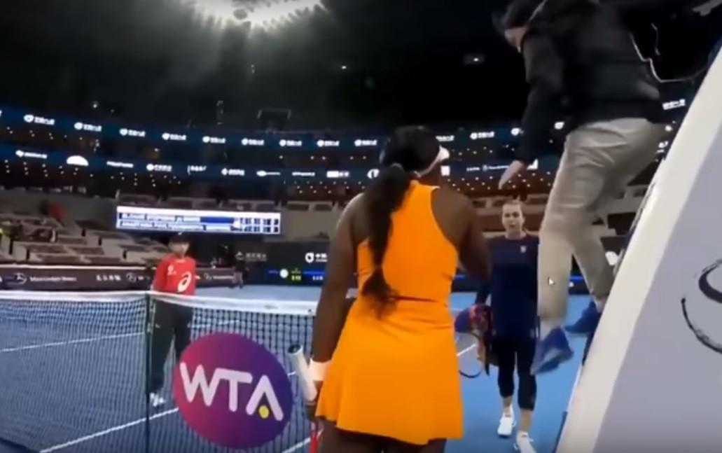 """Discussão entre tenistas: """"Esta cadela quis acertar-me"""""""