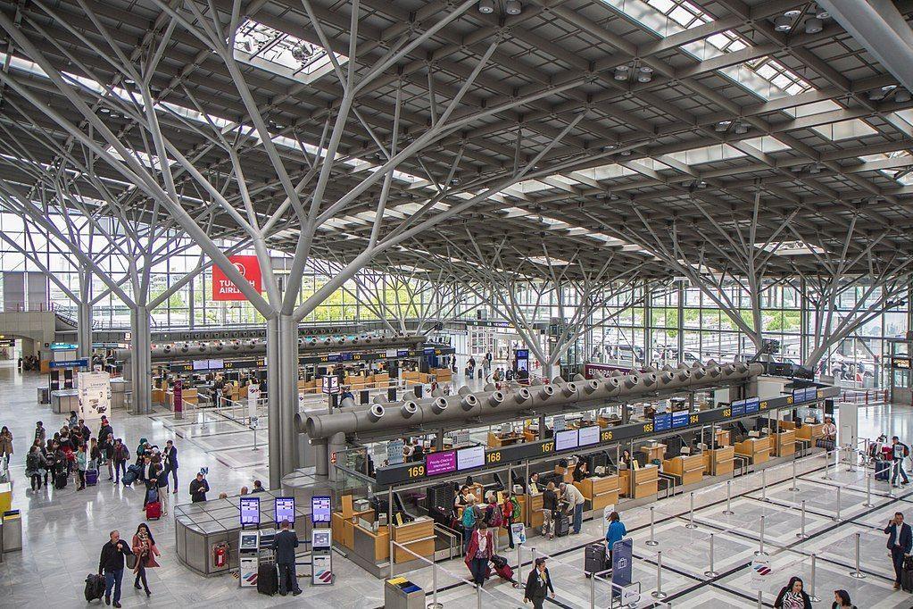 Menina de 5 anos deixada sozinha em aeroporto de Estugarda após confusão