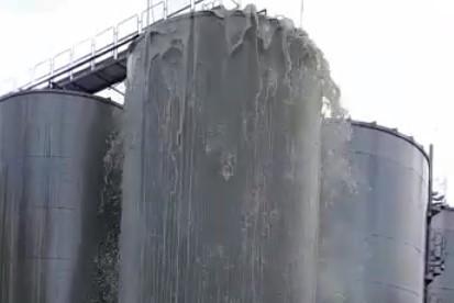 Tanque de 30 mil litros 'explode' e cria uma fonte de vinho frisante