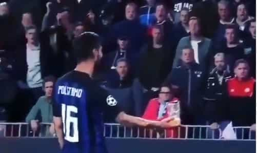 Jogador do Inter aplaudido por rivais depois de apanhar cerveja atirada
