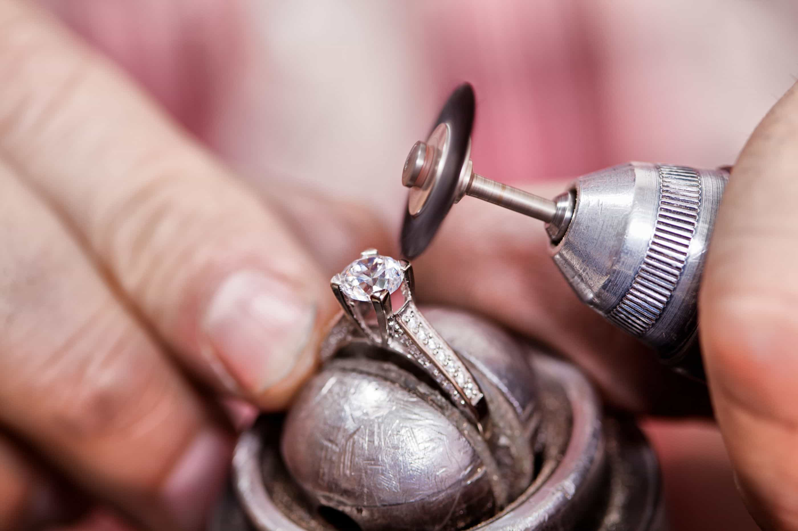 Turista vai parar ao hospital depois de engolir anel de diamantes
