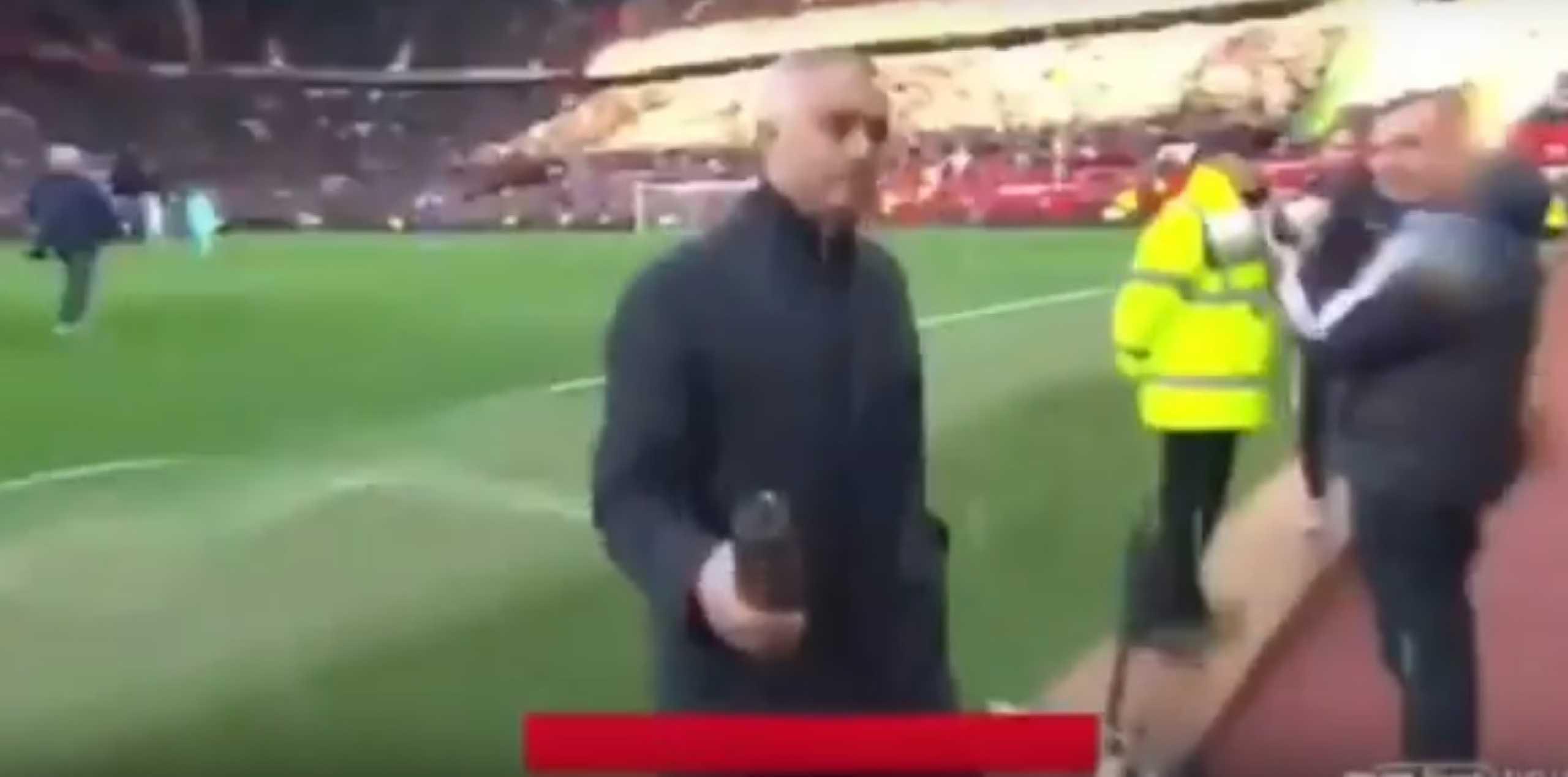 Mourinho 'rega' câmara de televisão antes do encontro