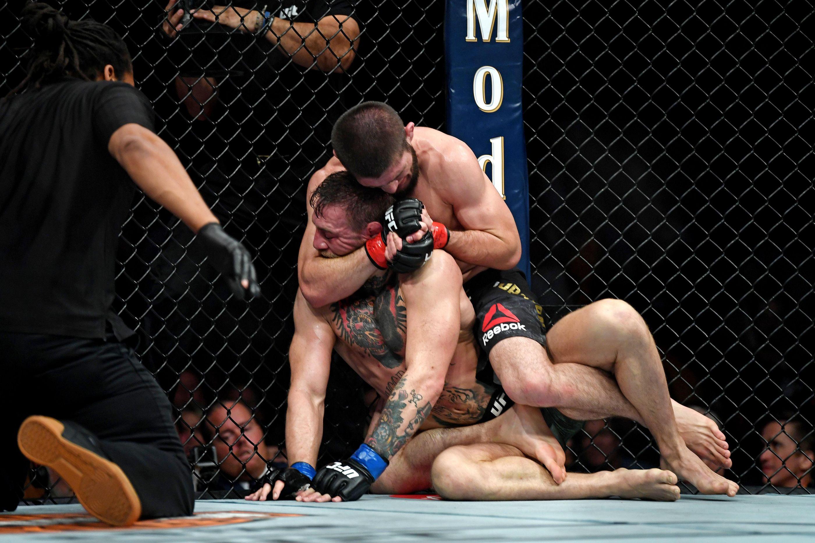 Khabib bate McGregor e provoca 'batalha campal' no octógono