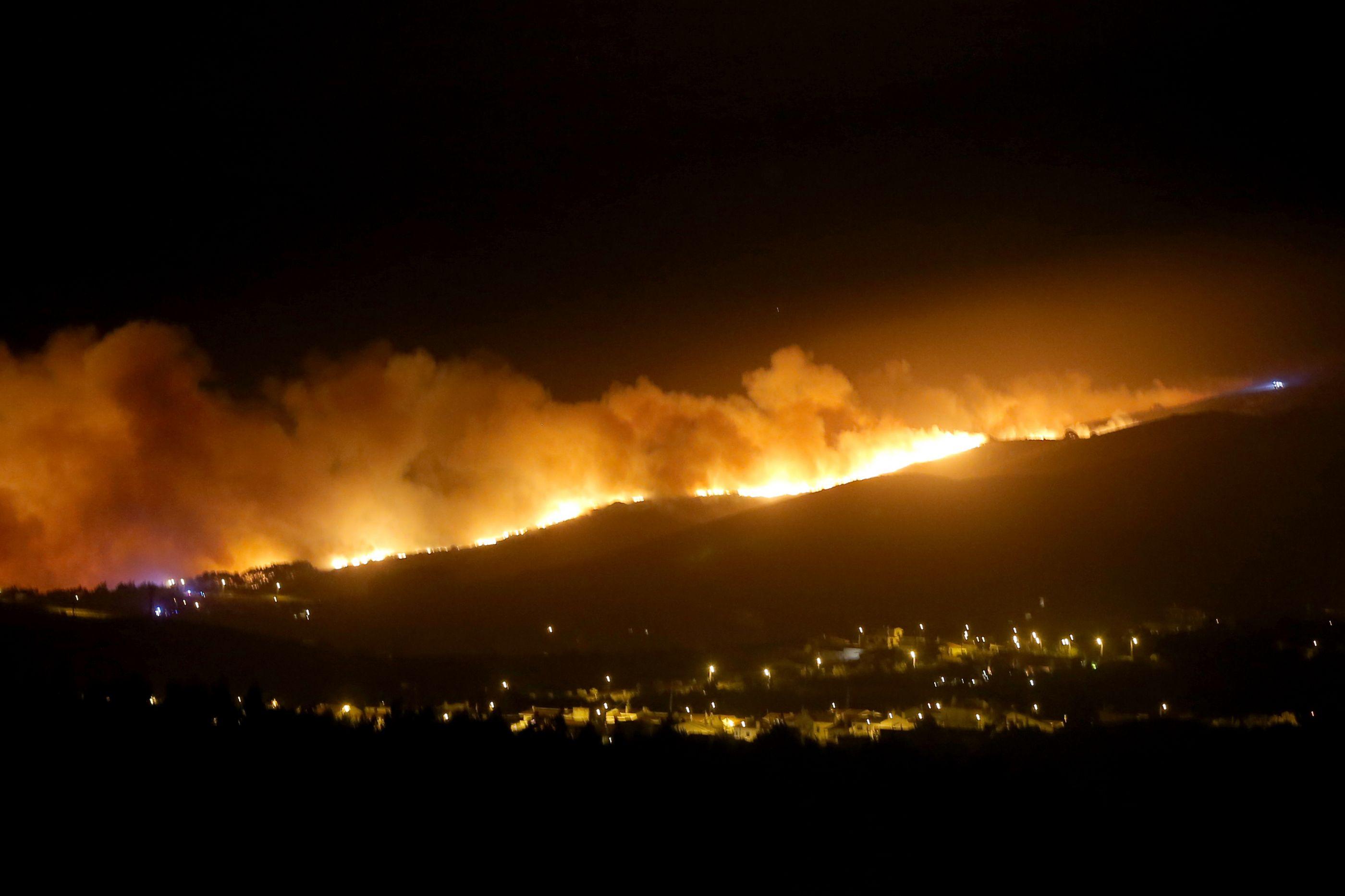 Meios aéreos entram em ação no combate ao fogo na serra de Sintra