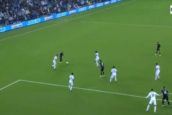 Russell passou por quatro, marcou e estragou a festa a Ibrahimovic
