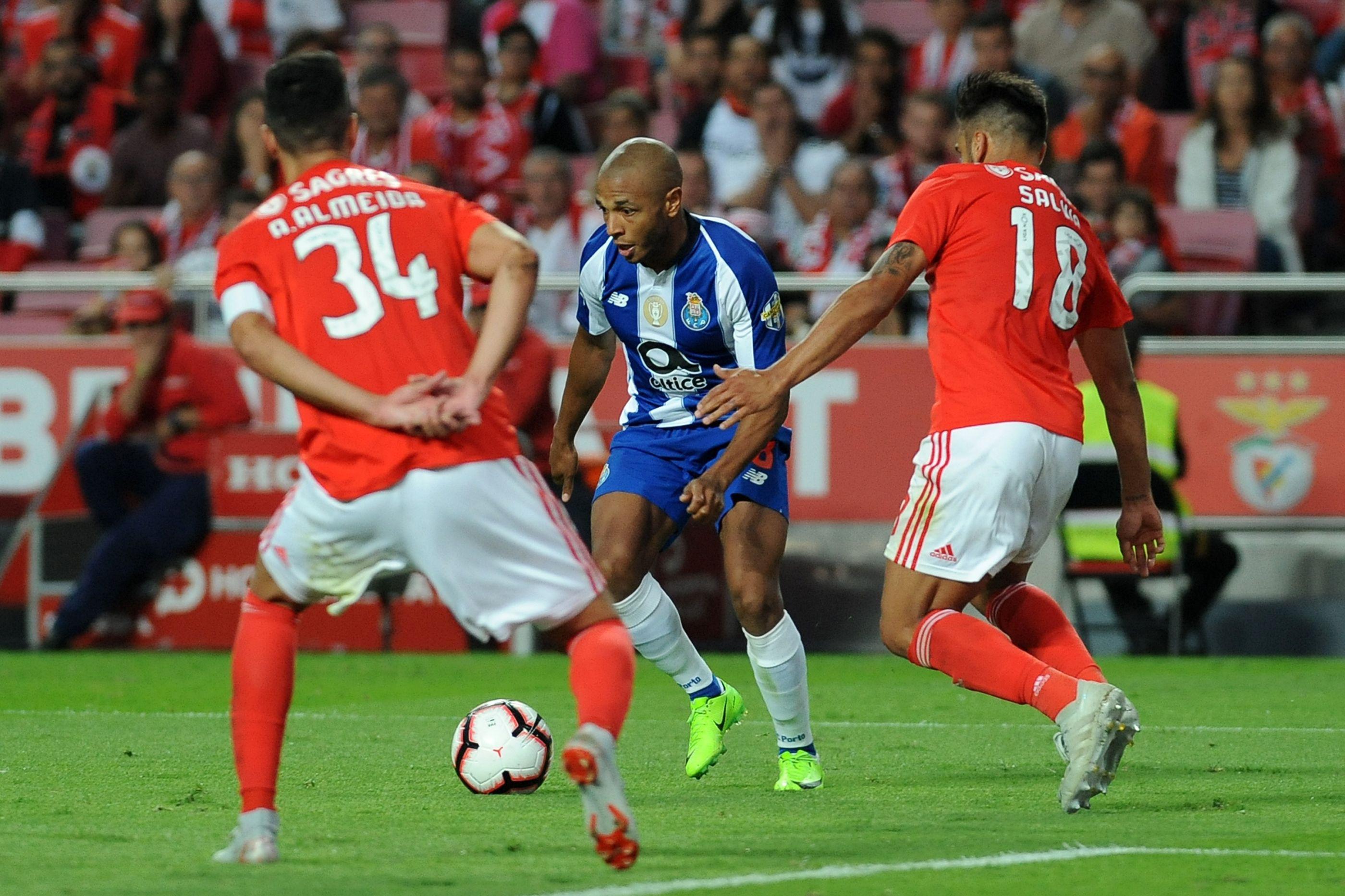 Brahimi motiva 'luta' de titãs na Premier League