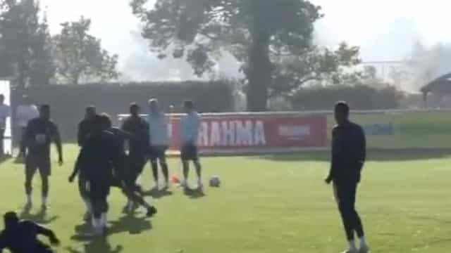 Neymar fez isto a Felipe Luís e provocou a gargalhada geral no treino