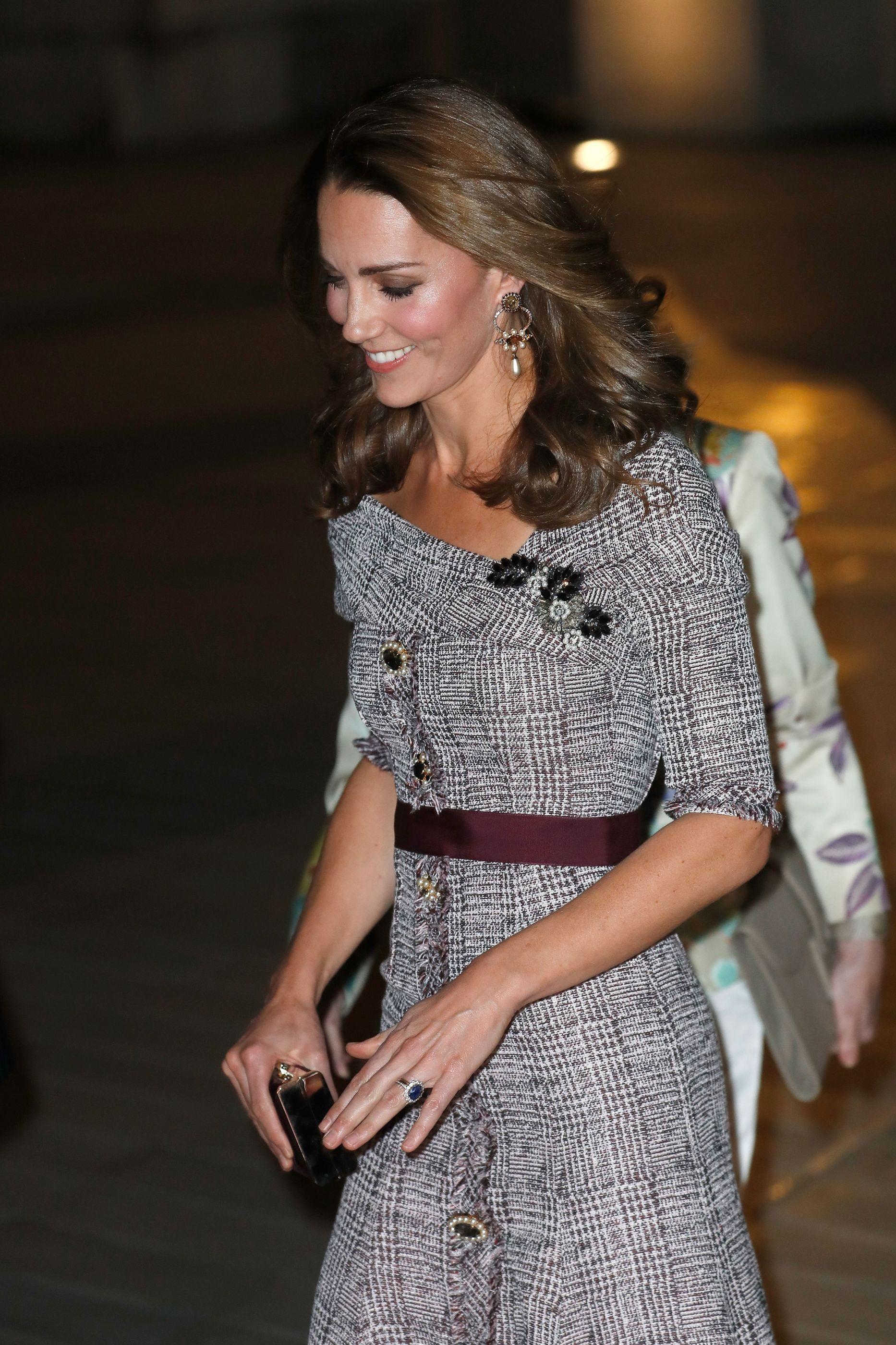Kate Middleton espalha elegância com vestido 'ombro a ombro'