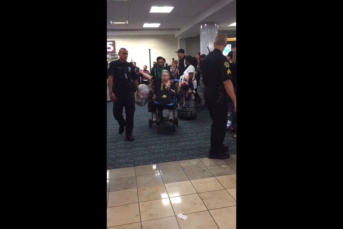 Levou esquilo para avião, atrasou voo e ainda saiu a mostrar dedo do meio