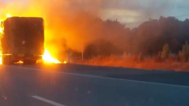 Camião a arder na A2 junto a estação de serviço de Palmela