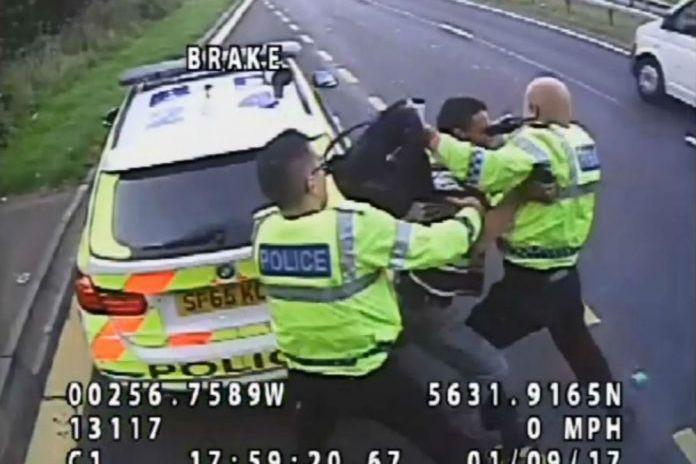 Homem apanhado a tentar empurrar polícia para meio do trânsito