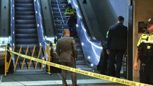 Homem em cadeira de rodas morre depois de cair de escada rolante