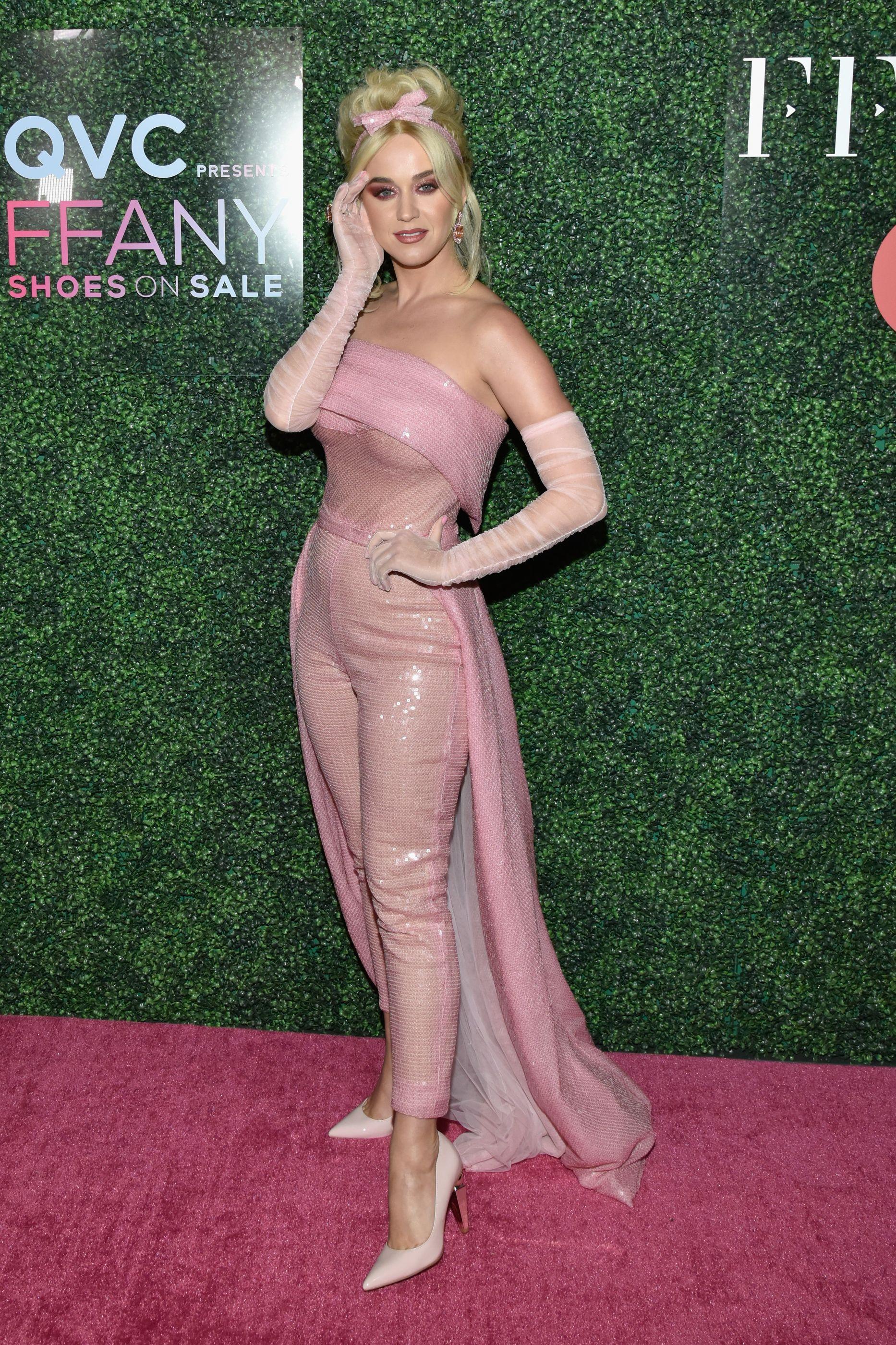Katy Perry arrasa com look ao estilo Barbie