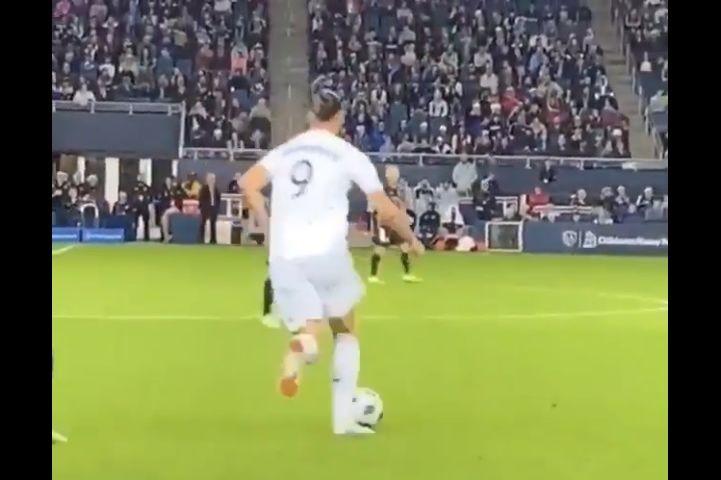 Ibrahimovic deixa adversário no chão e fica a olhar para ele