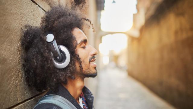 A música faz bem à saúde. Apontamos-lhe cinco vantagens deste hábitos