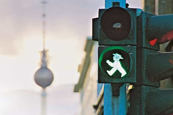 """A pensar na segurança o """"homem do semáforo"""" de Berlim nasceu há 57 anos"""