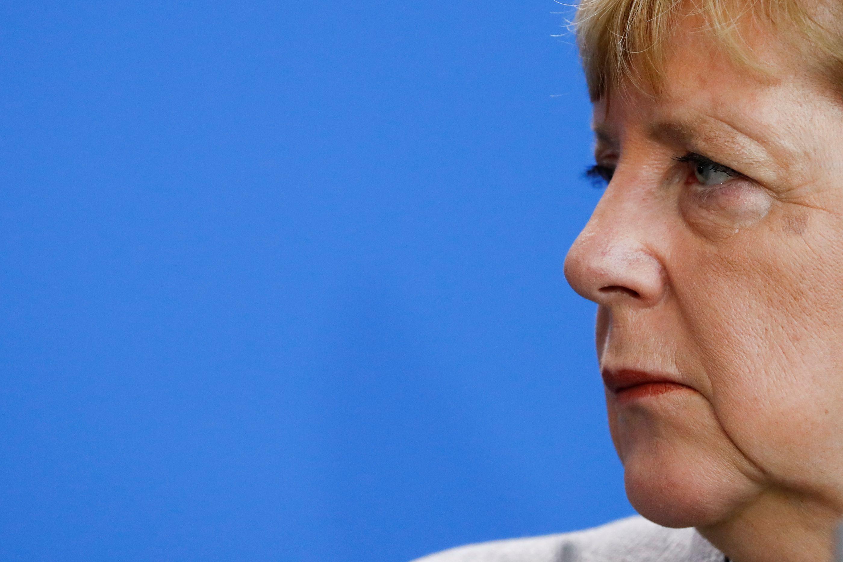Boca das urnas: Aliados de Merkel perdem maioria no parlamento regional