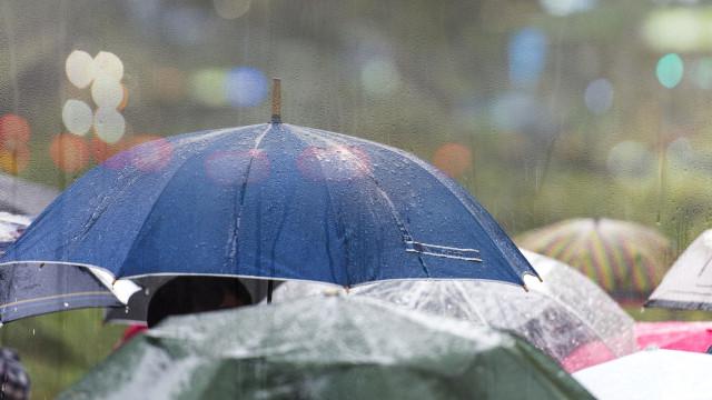 Seis distritos com avisos laranja devido à chuva persistente e forte