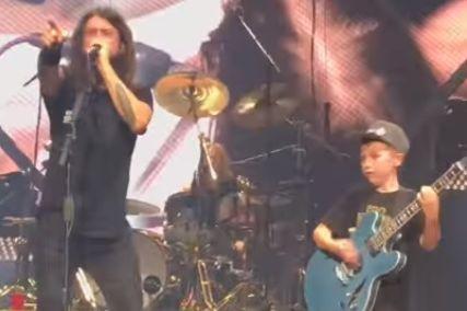 Criança sobe ao palco em concerto dos Foo Fighters e toca Metallica