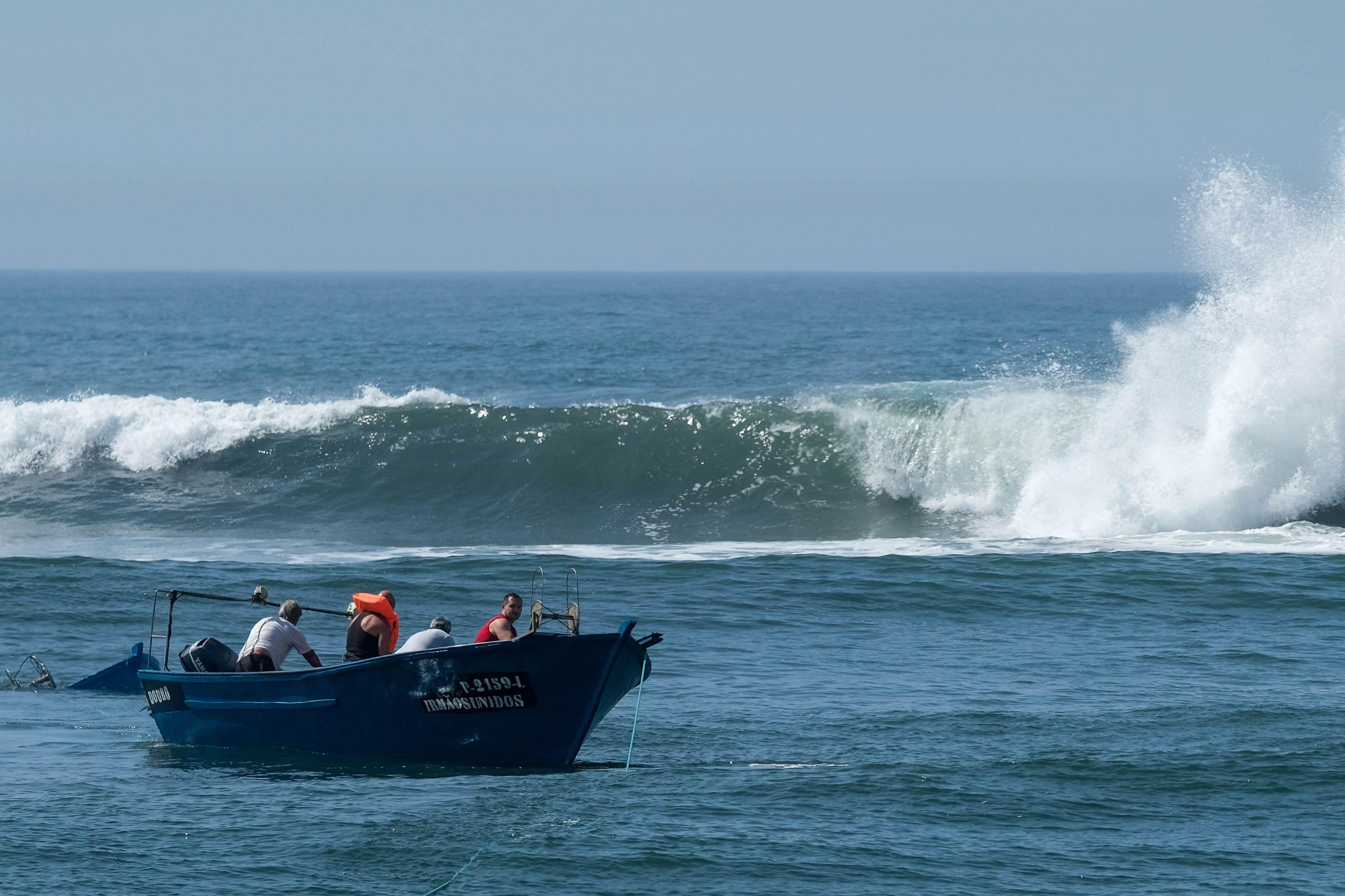 Naufrágio: Onda apanhou pescadores desprevenidos e virou embarcação