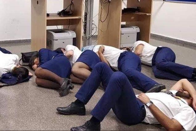 Foto de tripulantes da Ryanair a dormir no chão? Foi encenada e há vídeo