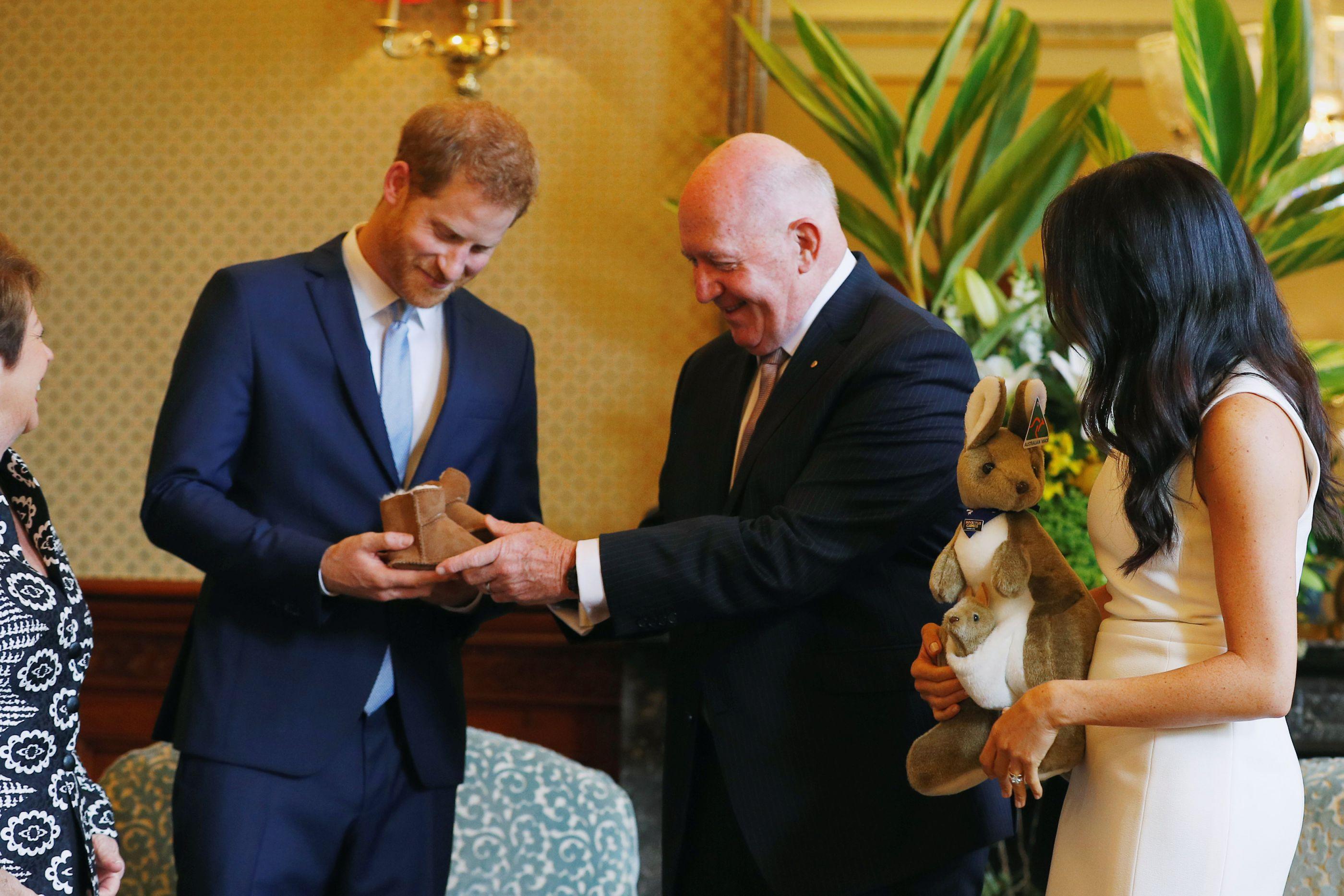 Príncipe Harry e Meghan Markle recebem primeiros presentes para o bebé