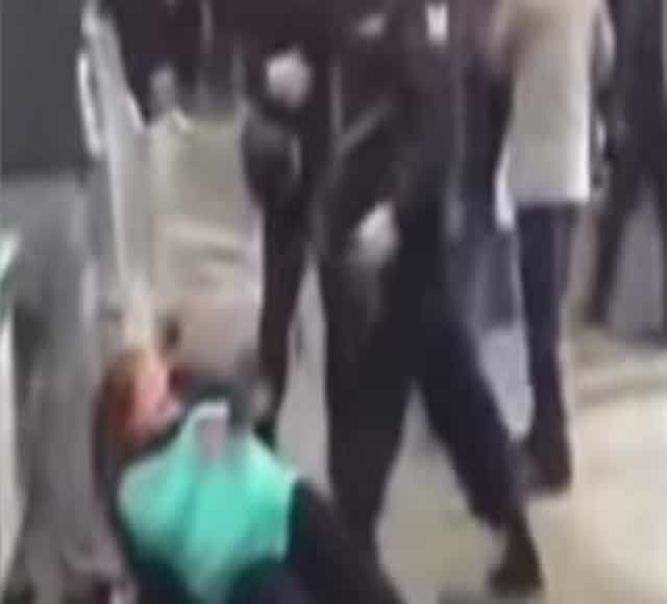 Grávida acusada de roubo pontapeada por polícia na Rússia