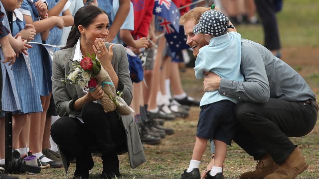 Príncipe Harry mostra lado paternal e deixa Meghan Markle 'babada'