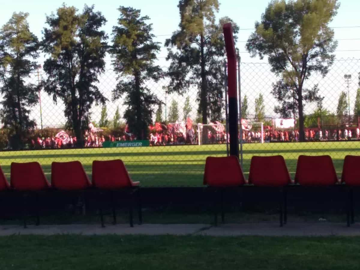 Grupo de 200 adeptos invade academia e agride jogadores na Argentina
