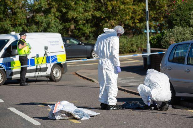 Jovem detida após homem ser encontrado morto no interior de carro