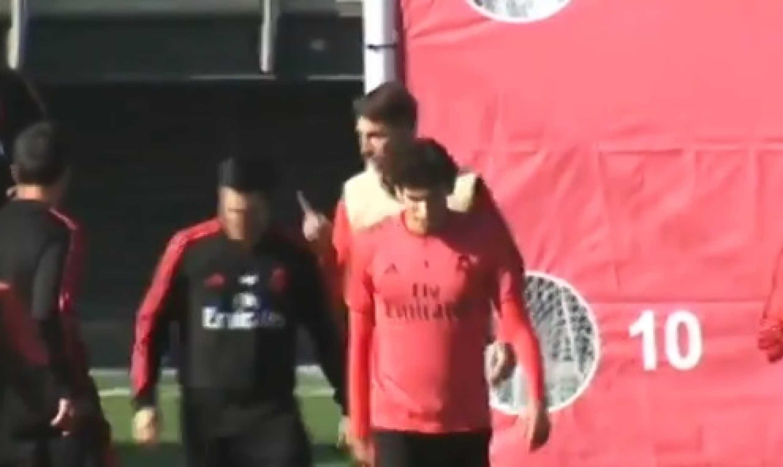 Ramos perde a cabeça durante o treino e chuta bola contra colega