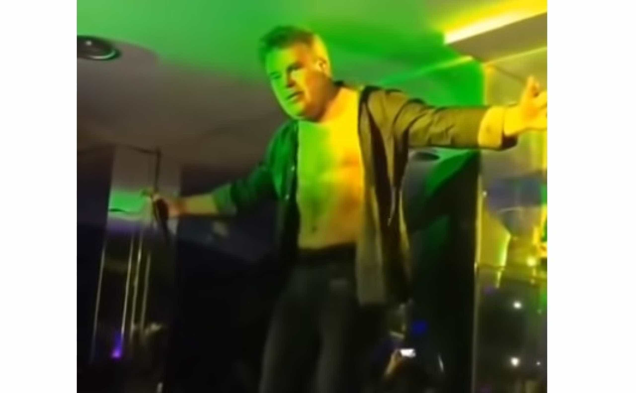 Vídeo do momento: Toy surpreende ao fazer dança do ventre em concerto