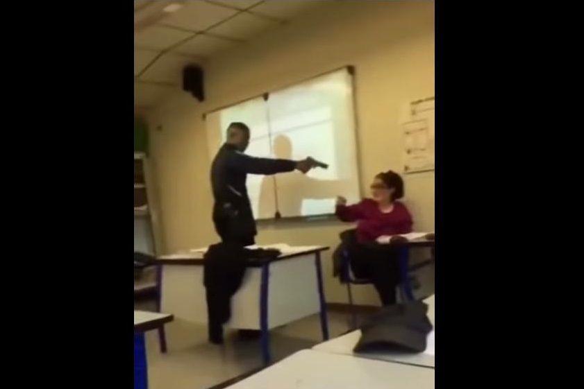 Aluno aponta arma à cabeça de professora em França. Macron reagiu