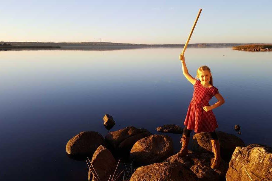 Fãs contribuem para dar réplica a menina que encontrou espada milenar