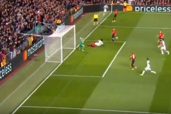Depois de um ressalto, Dybala remata para o primeiro da Juventus