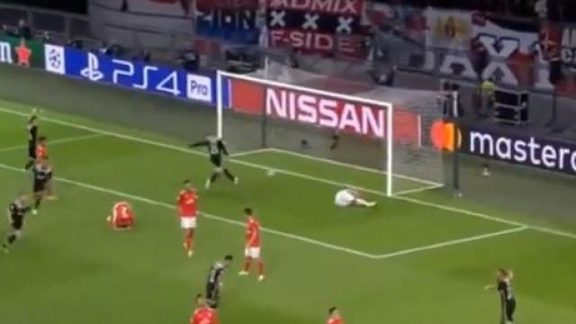 Mazraoui 'trai' Vlachodimos e assina o golo da derrota do Benfica