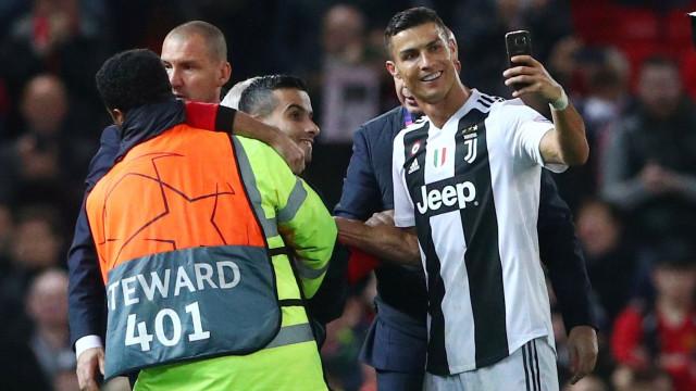 Invasões de campo no regresso de Ronaldo valem multa ao United