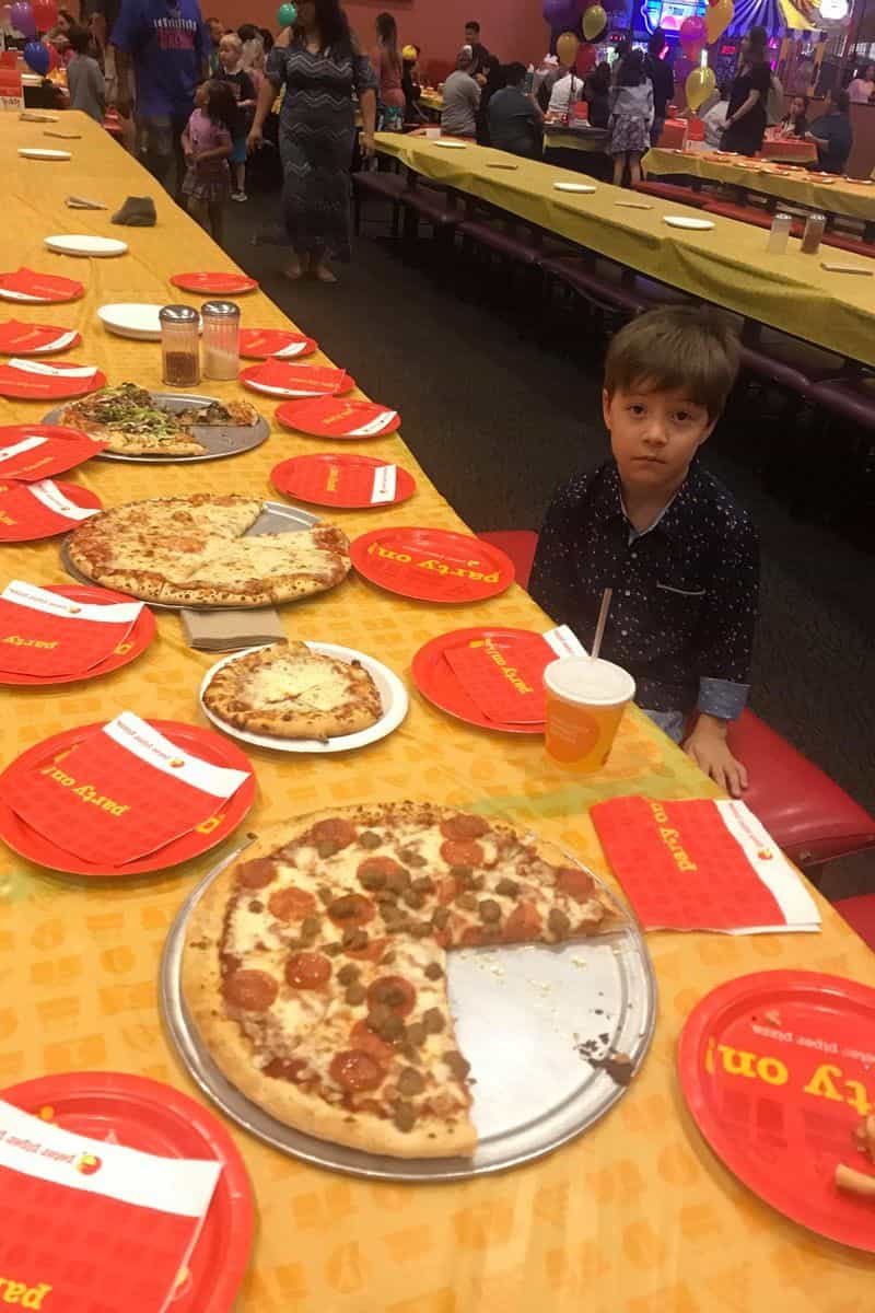 Ninguém foi ao seu aniversário, mas este menino acabou recompensado