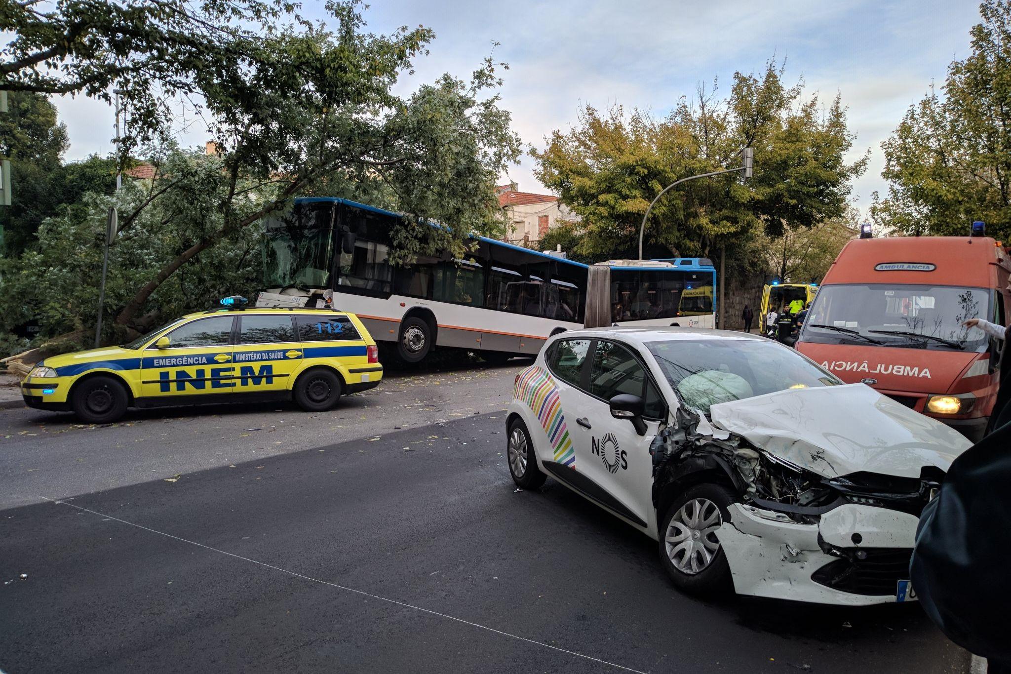 Acidente com autocarro no Porto causa onze feridos, três deles graves