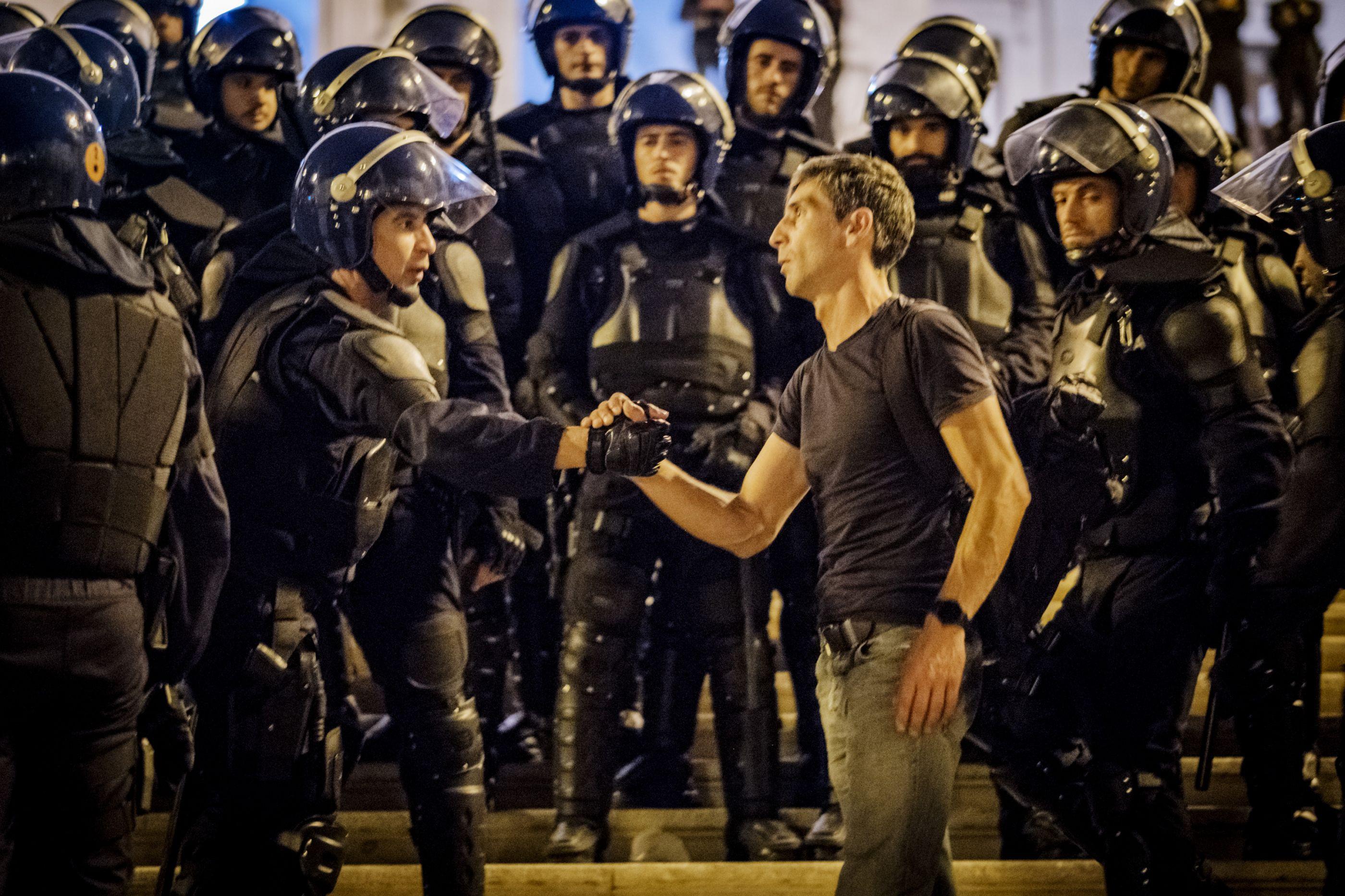 Tensão no ar e ameaças de 'invasão'. As imagens do protesto das polícias
