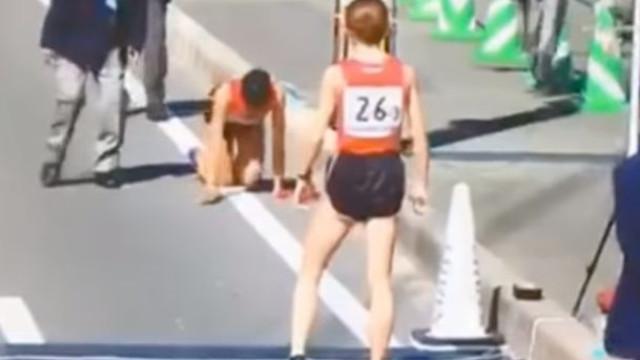 Impressionante: Caiu, fraturou a perna e terminou a prova... de joelhos