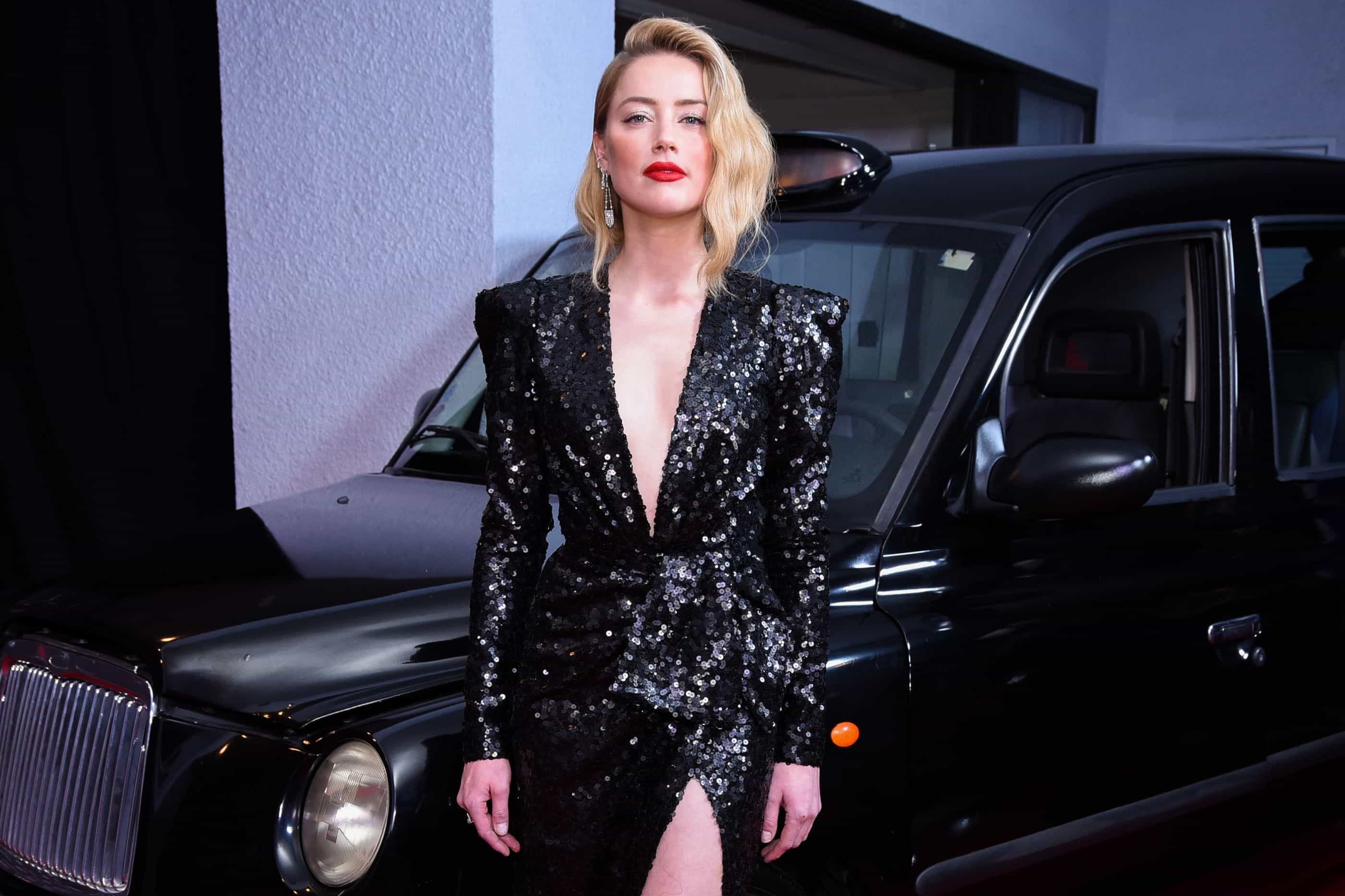 """Amber Heard recorda quando assumiu namoro com mulher: """"Foram só lágrimas"""""""