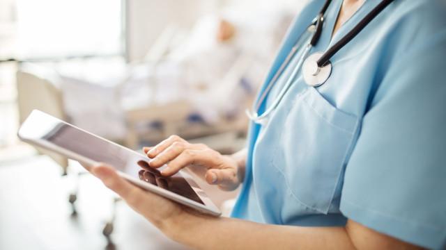 Enfermeira sem emprego em Portugal finalista de 2 prémios no Reino Unido