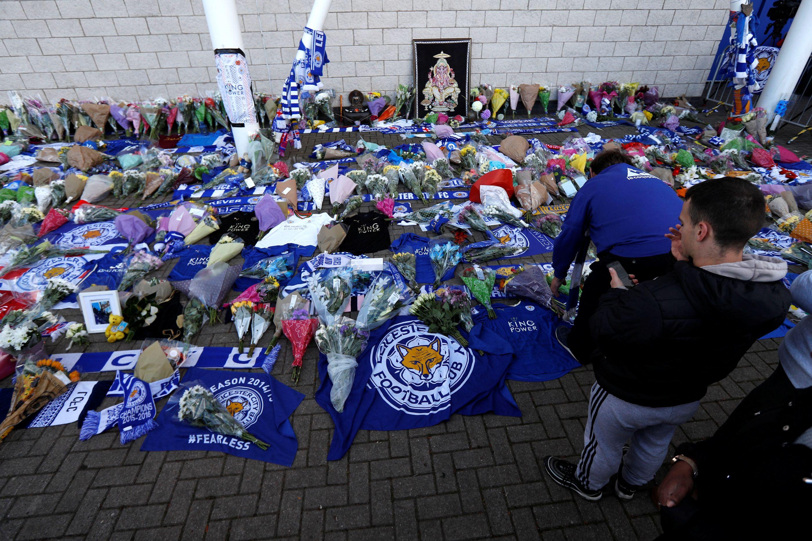 Adeptos do Leicester deixaram flores e lágrimas junto ao estádio