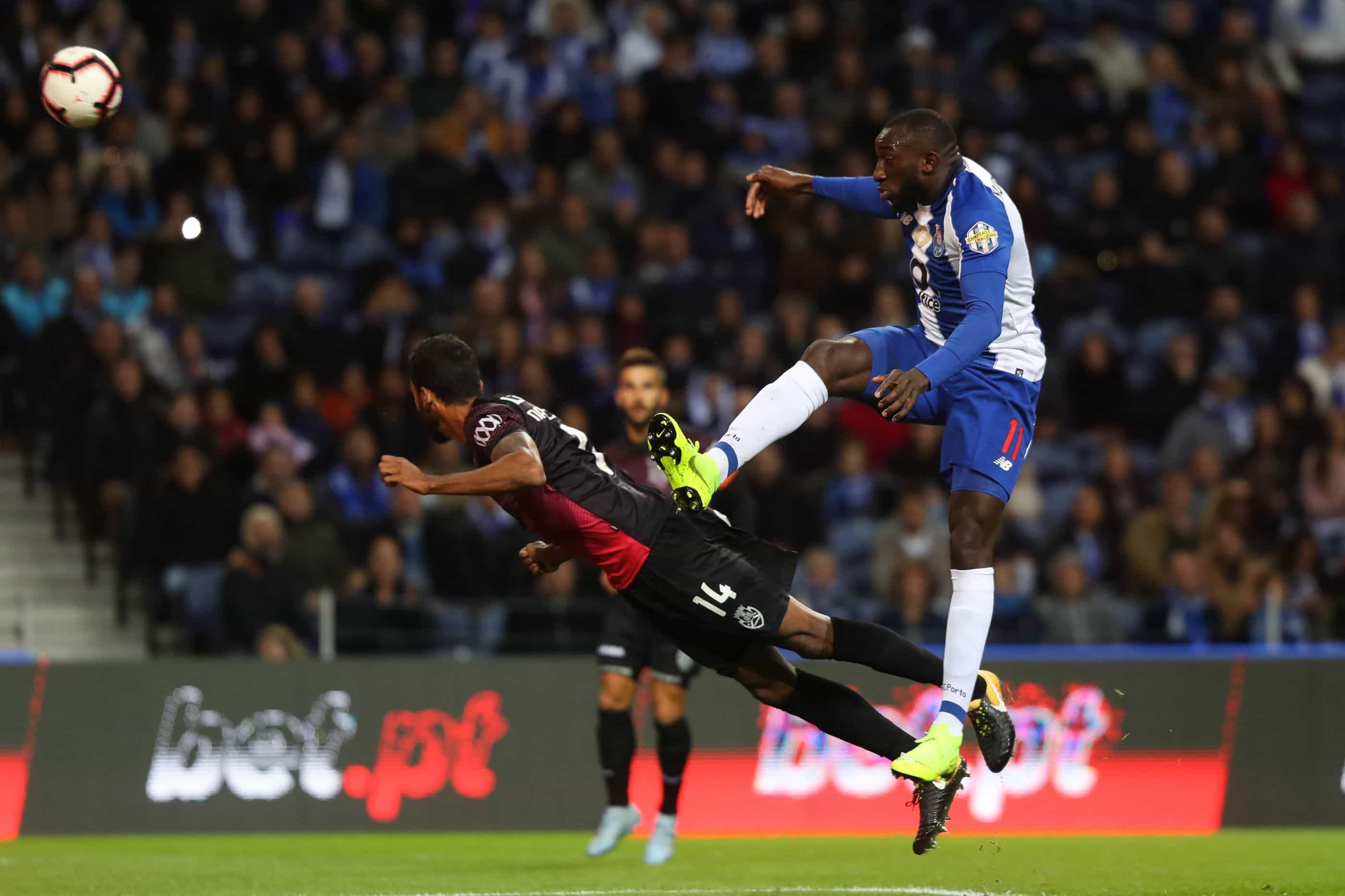 Felipe e Marega colocam FC Porto no topo de uma Liga azul e... vermelha