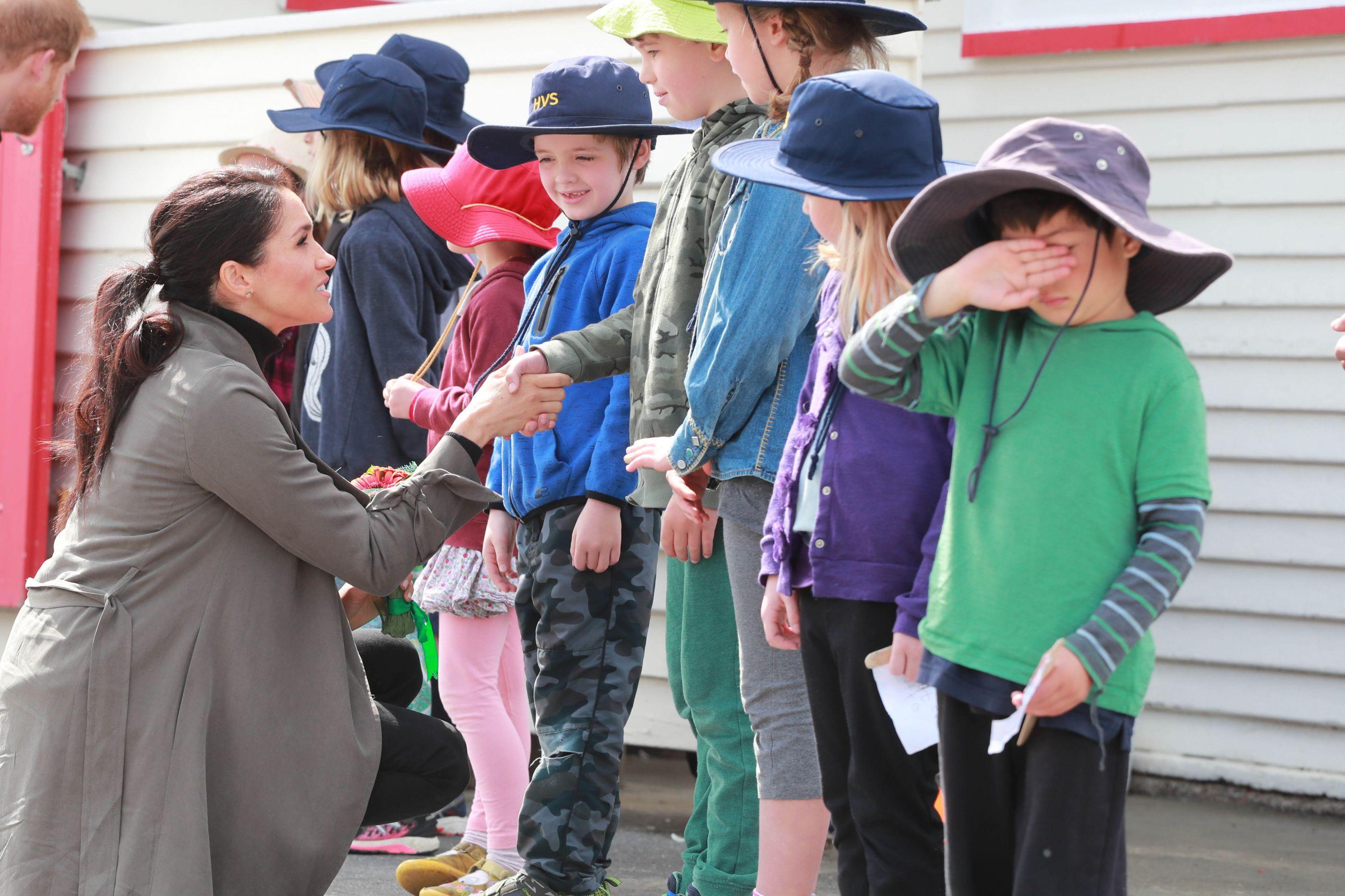 Meghan Markle oferece comida a crianças que estavam à sua espera